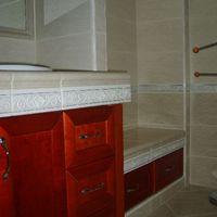 1kislakberendezés: az ytongból készített csempével burkolt fürdőszobabútor