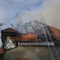 Családi ház tetőszerkezete égett Tök községben- bicskei tűzoltók is vonultak!