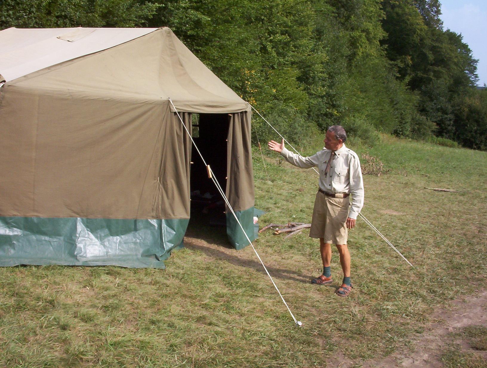 Gyurka bá a 2003-as pulai táborban mutatja főhadiszállását, a GH-sátrat
