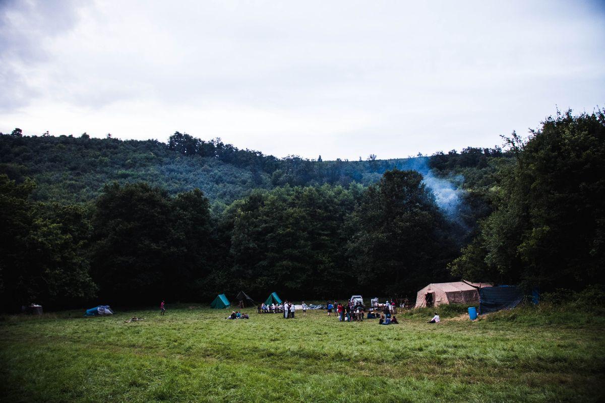 A táborközpont az alakulótér felől nézve, egy esős napon (K)