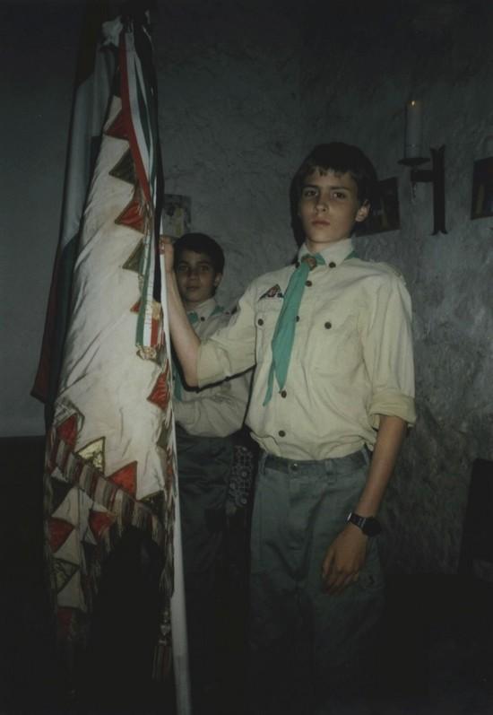 Kálmán zászlóval.jpg