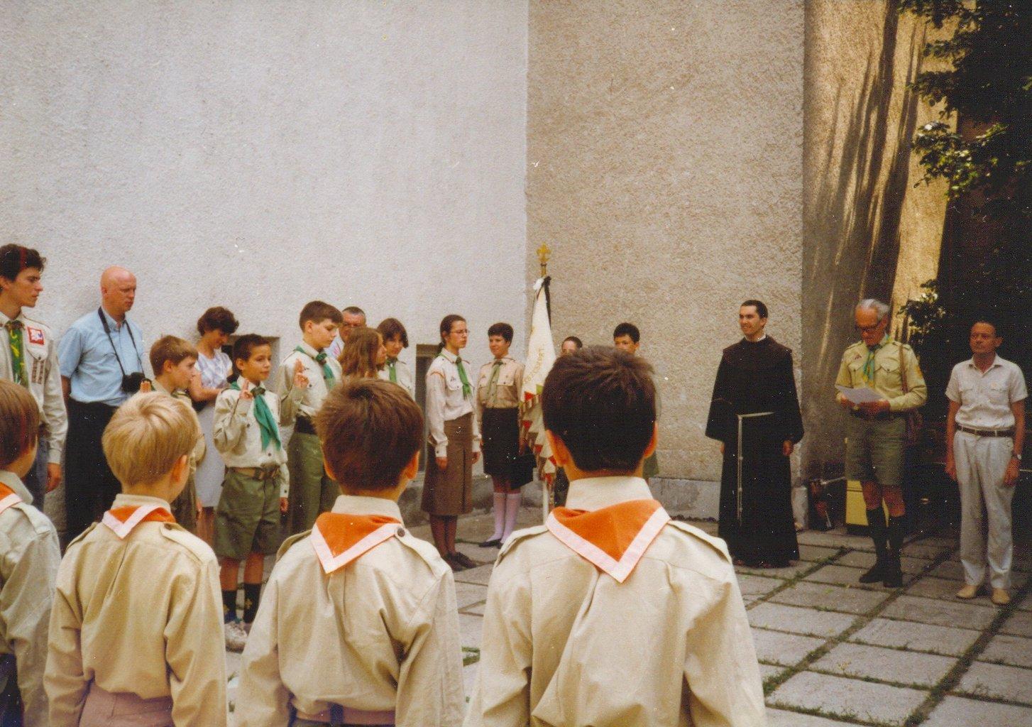 1996-os archív felvétel: fogadalomtétel a templomkertben