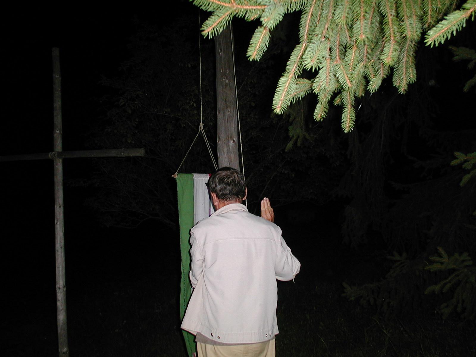 Utolsó este a 2002-es táborban Gyurka bá engedi le a zászlót a szertartáson