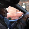 Johnnie, a város legöregebb taxisa