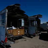 Elhagyatott metrókocsik a sivatagban