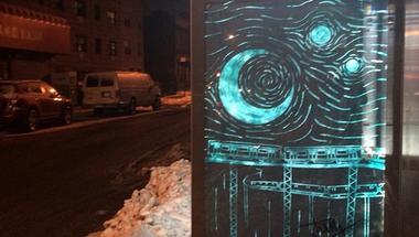 Különös street art a buszmegállóban