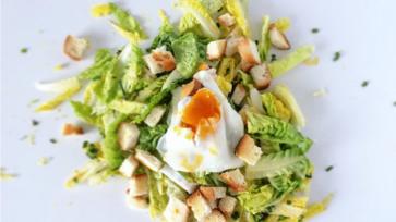 Húsvéti saláta kalácskrutonnal