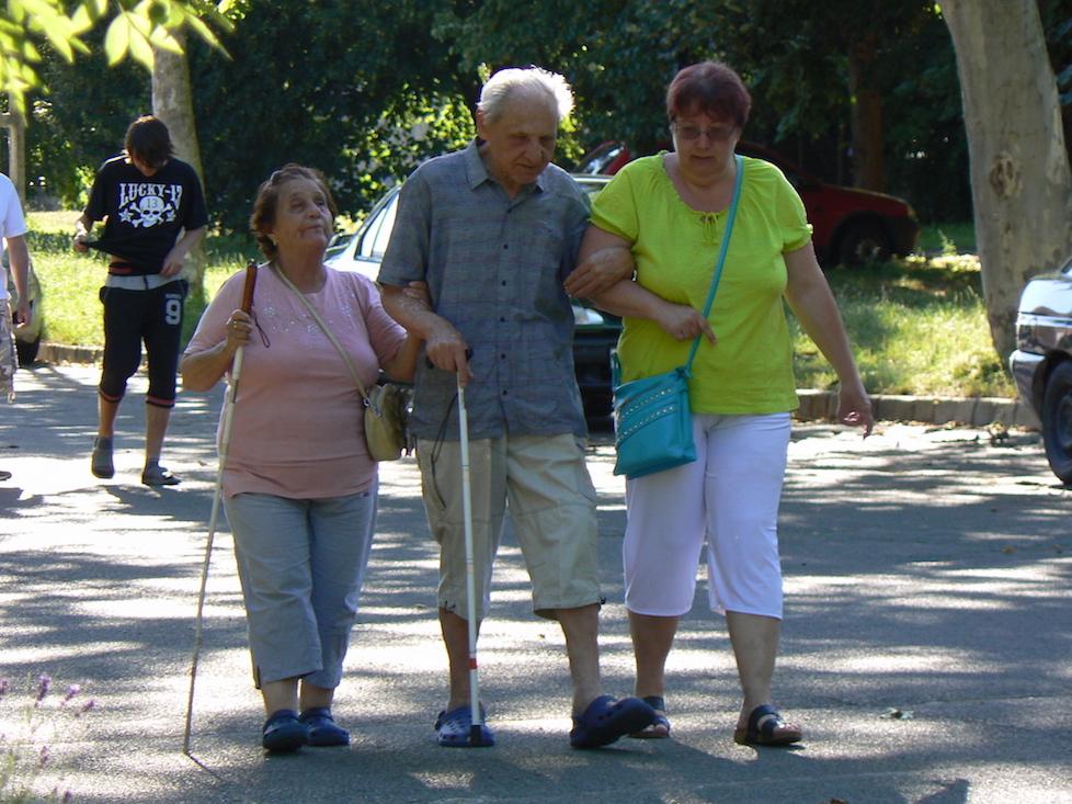 A vakok sétálnak együtt