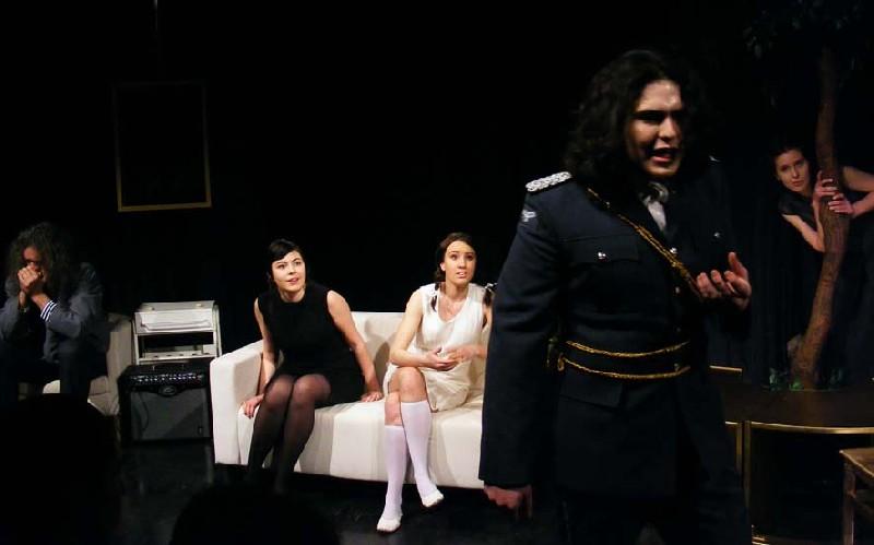 HáRoMnőVÉr, Fészek Színház