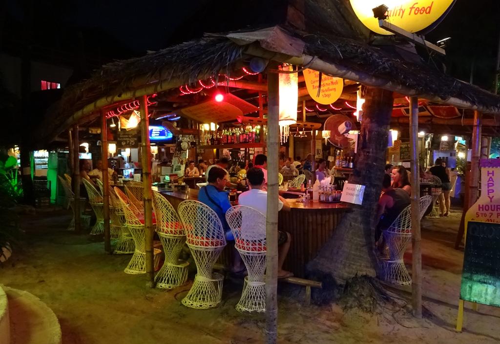 Hamisítatlan trópusi bár, homokkal, langyos trópusi levegővel, sok koktéllal.
