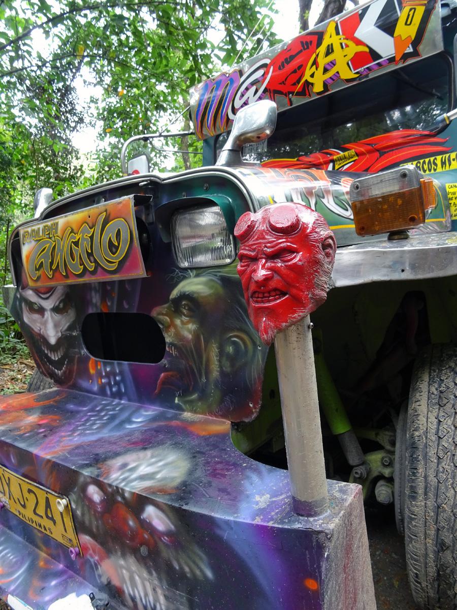 A legjobbat a végére hagytam. A démoni jeepney-t. Nem egy ilyennel találkoztam és bevallom nincs is jobb mint sötétben, ismeretlen helyen felszállni egy jeepneyre, amire világító démoni fejek vannak felhúzva,
