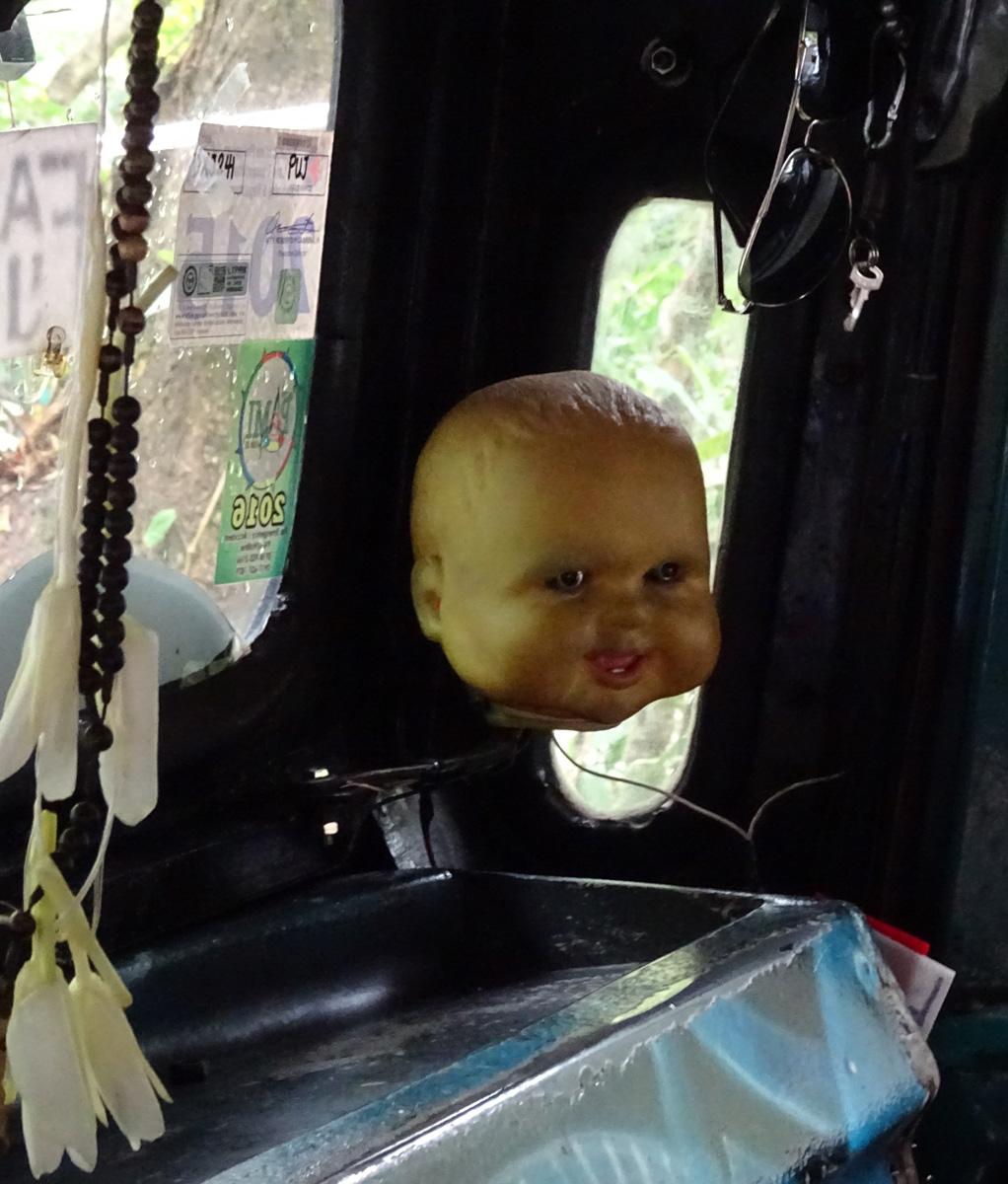 a sofőr fülkéjében levágott baba fej van,