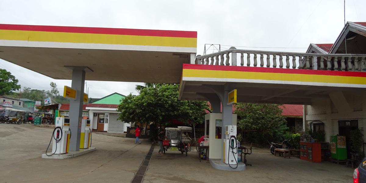 Otthonnal egybekötött benzinkút. A képen nem látszik de a teraszon ki volt teregetve. :)
