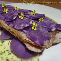 Pisztráng tárkonyos vajmártással és lila krumplival