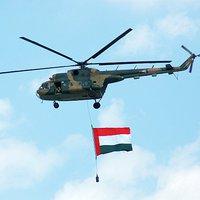 Harcászati bemutató helikopterekkel és hadihajókkal