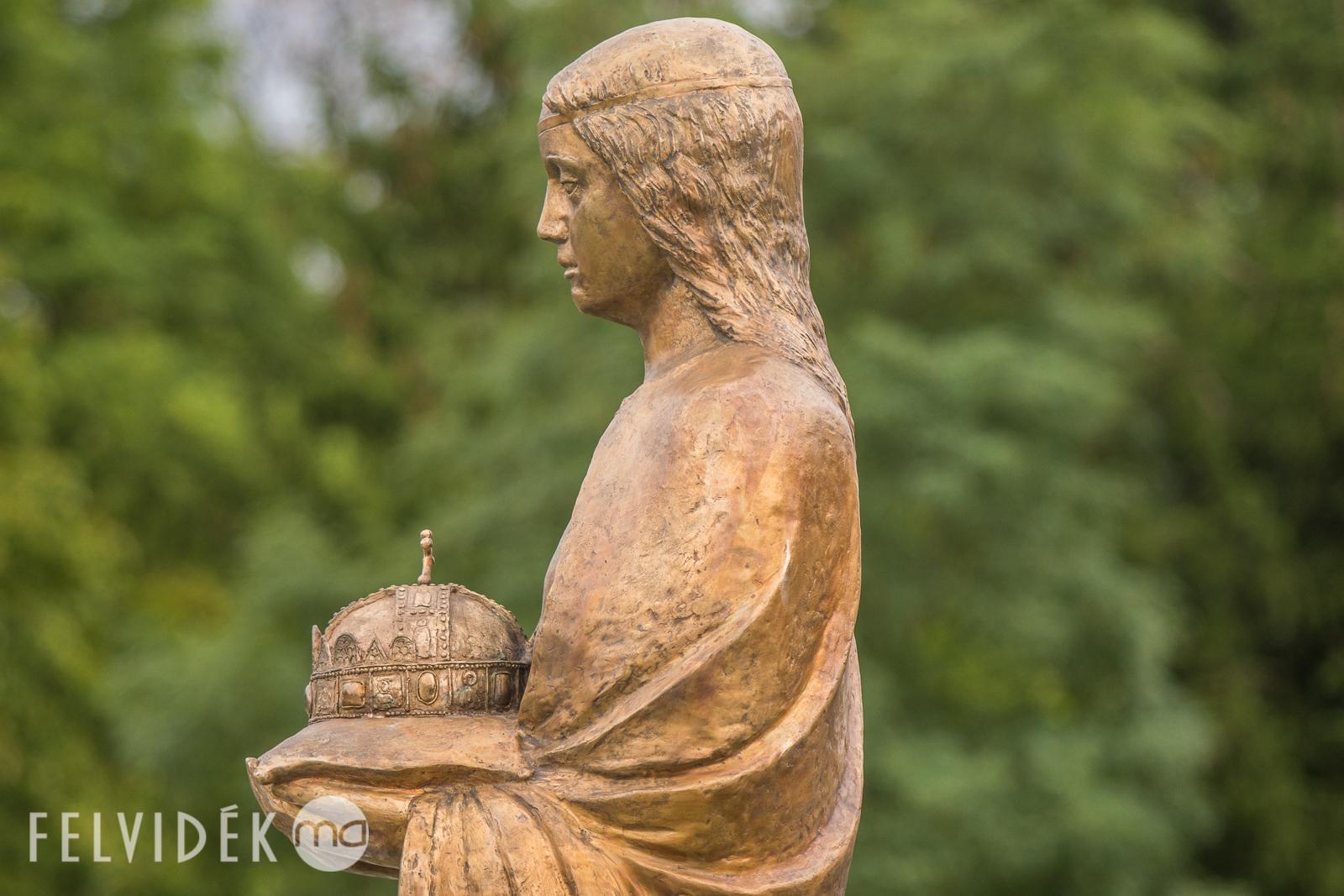 06-magyarok-nagyasszonya-szobor.jpg
