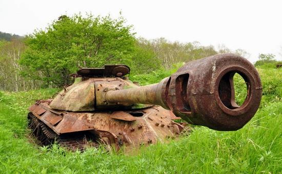 abandoned-tanks-shikotan-island-sakhalin-russia-14-small.jpg