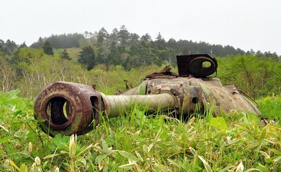 abandoned-tanks-shikotan-island-sakhalin-russia-15-small.jpg