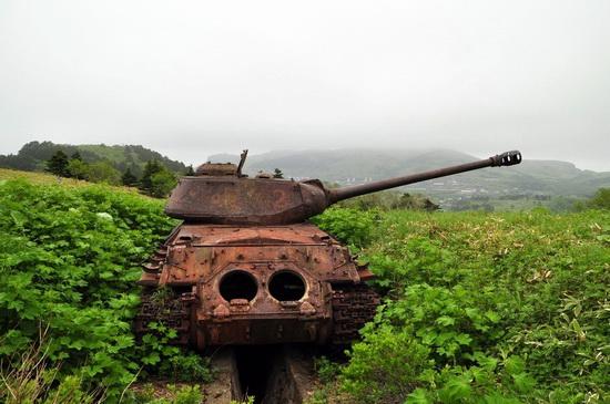 abandoned-tanks-shikotan-island-sakhalin-russia-6-small.jpg