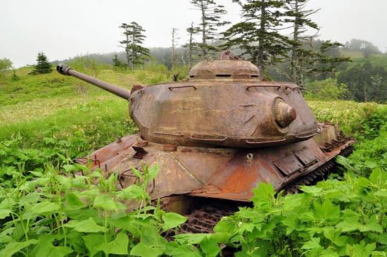 abandoned-tanks-shikotan-island-sakhalin-russia-7-small.jpg