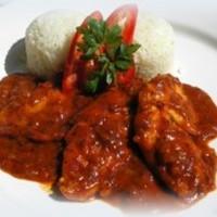 Csilis paradicsommártásban párolt csirkemell rizzsel