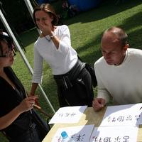 Kínai karakterek írása az Amplifon rendezvényén