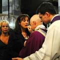 Kézen fogva sétált Ferenc a melegpárti pappal