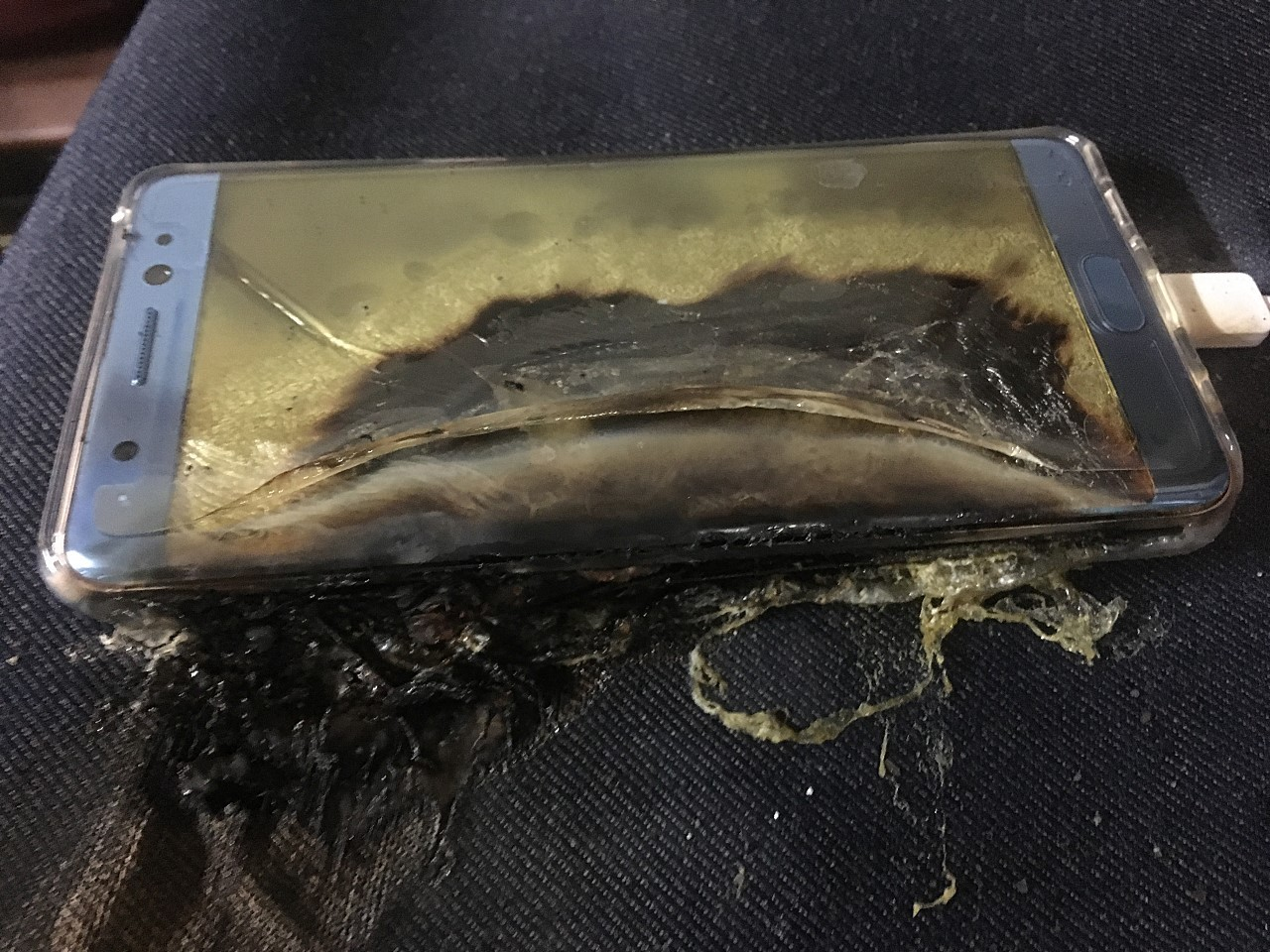 explosive-start-for-samsung-galaxy-note-7-more-phones-catch-fire-while-charging-507793-4.jpg