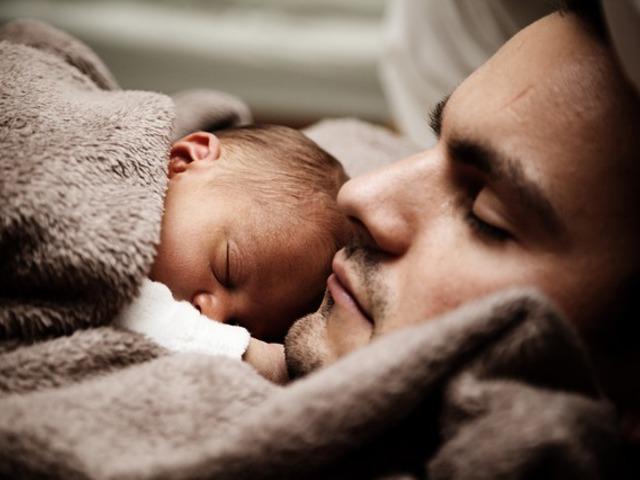 Apa első éjszakája egyedül a gyerekkel