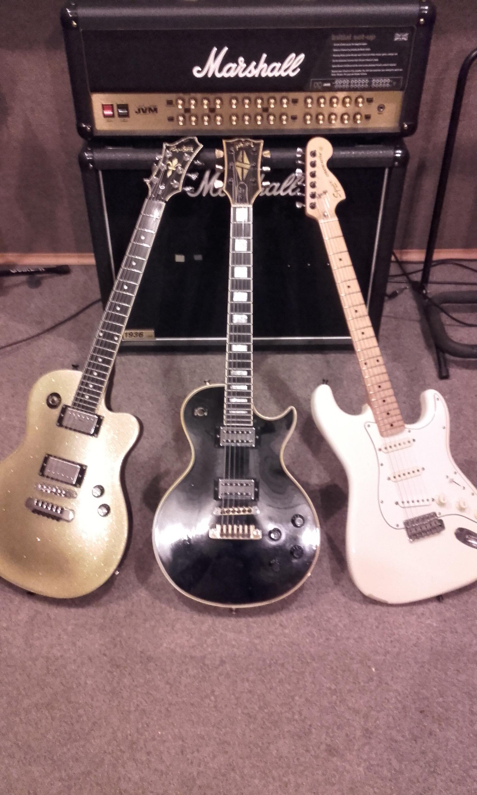 Középen a legendás Gibson 81' Custom, TV Jones hangszedőkkel és finomhangolóval.