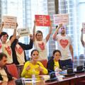 A parlamentben tiltakozó civilek közleménye Bayer Zsolt kijelentéseire
