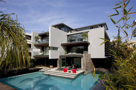 Outdoor-and-Swimming-Pool-at-Modern-Residence-at-Golf-in-Glyfada-Design-by-314-Architecture-Studio-700x466.jpg