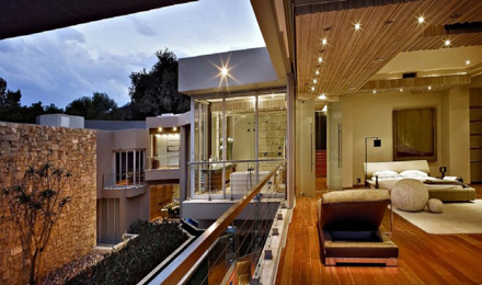 Open-Bedroom-in-Second-Floor-at-Impressive-Glass-House-in-Johannesburg-South-Africa-700x413.jpg