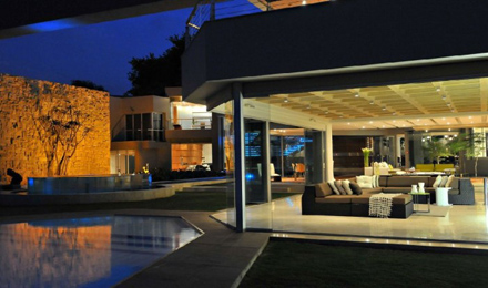 Open-Living-Room-Design-at-Impressive-Glass-House-in-Johannesburg-South-Africa-700x413.jpg