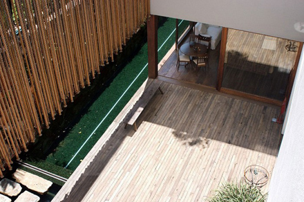 Wooden-Terrace-Design-at-Natural-Contemporary-Home-Design-Casa-dAgua-in-São-Paulo-Brazil-700x465.jpg