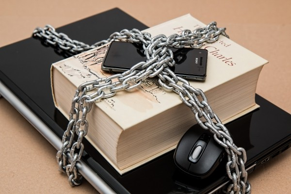 laptop-book-and-mobile-phone-in-chain.jpg