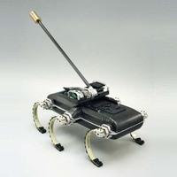 Farkával egyensúlyoz a talpára eső robot