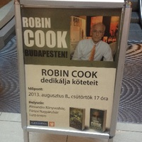 Budapesten dedikált Robin Cook amerikai író
