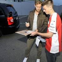 Vörösbe öltözött a Hungaroring: gumifüstölés, ordító V8-as motor, Vettel-parádé!