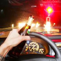 Hogyan befolyásolja az alkohol és a gyógyszer az autóvezetést?