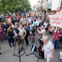 Több százan tüntettek a Bihari utca 8/c lakói mellett Kőbányán
