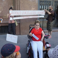Húzzatok bele! Nem engedték pisilni a minisztériumokban a hajléktalan aktivistát