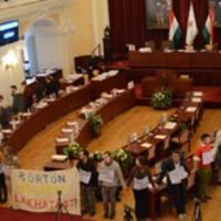 Készenléti rendőrök távolították el az AVM aktivistáit a Városháza díszterméből