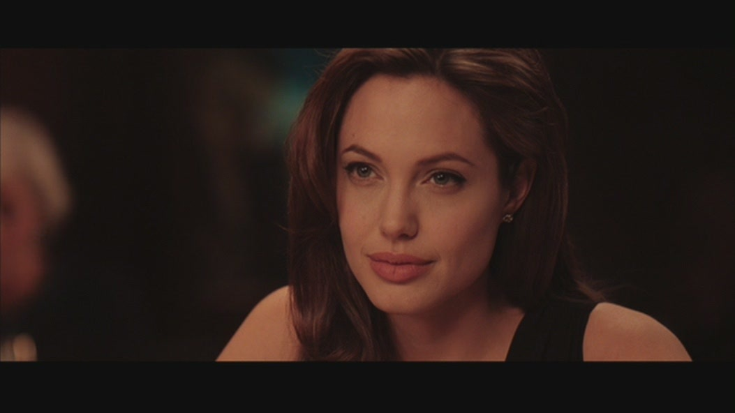 angelina-jolie-in-mr-mrs-smith-angelina-jolie-12026438-1053-592.jpg
