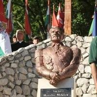 A szélsőjobbal közösen avat Horthy-szobrot a Fidesz Perkátán