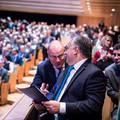 Navracsicsnak a haja kihullik, annyira próbálja elmagyarázni Orbánnak, hogy a Soros-terv nem létezik