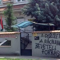 Vox populi: összefirkálják az üres plakátokat és a KDNP székházát is