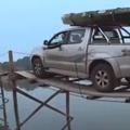 Terepjáróval a fahídon - ilyen egy életveszélyes átkelés!