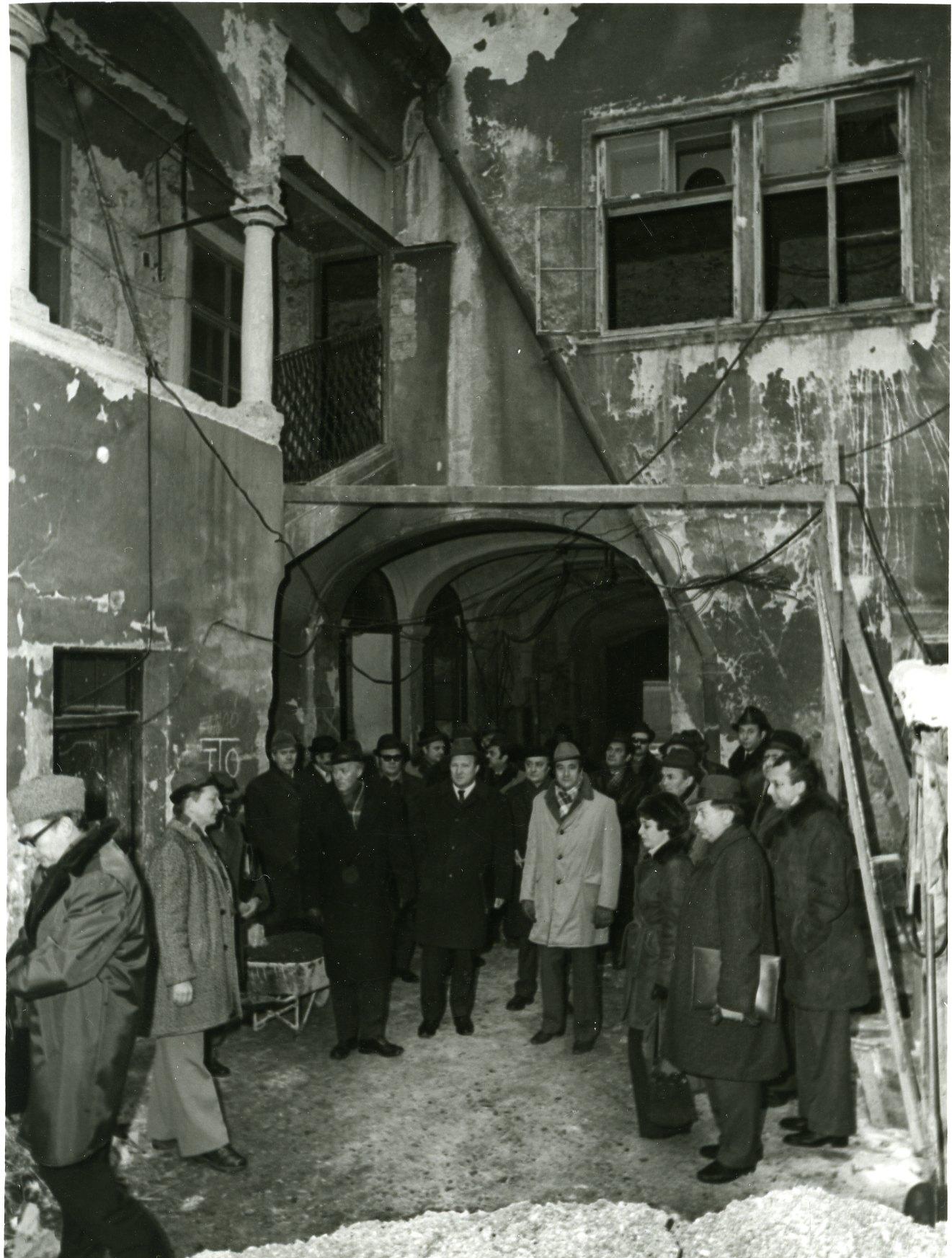 muzeumi_felujitas_1975_79_az_udvar_a_bizottsaggal_kapualj_fele611.jpg