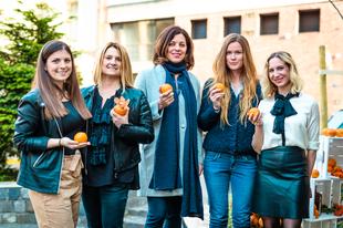 Nők naranccsal - miért harap bele Cindy Crawford egy narancsba?